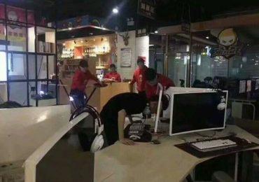Jugador de League of Legends choca su cabeza contra su monitor